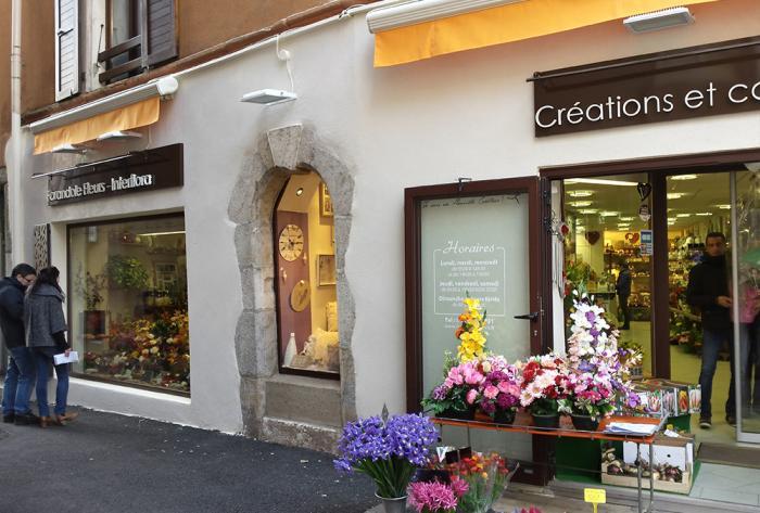commerce rénovation d'une façade de fleuriste par Architéa Architea France